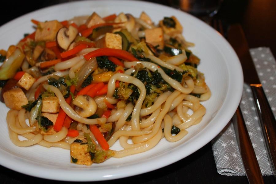 Asiatische Gemüse-Nudel-Pfanne mit Tofu