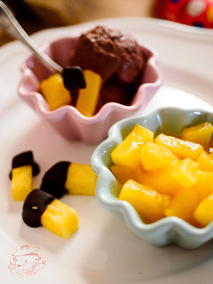 Schokoladeneis an Ananas Kompott