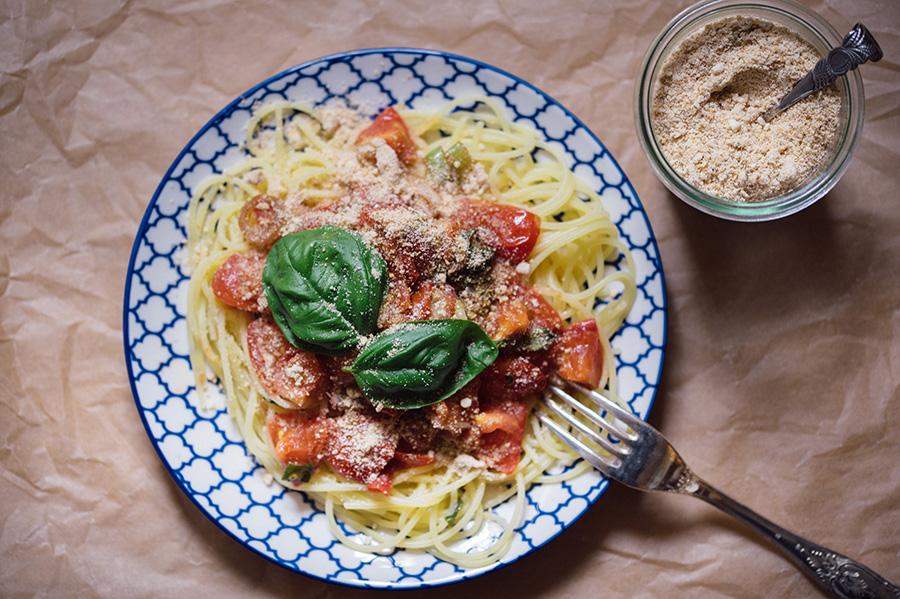Sommerpasta mit veganem Parmesan
